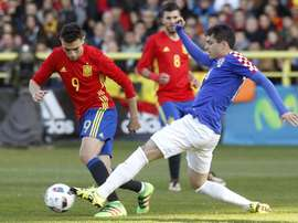 Munir intenta marcharse de un jugador croata. EFE