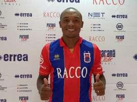 Murilo Rangel Barbosa posa para los medios en su presentación con el Paraná, de la Serie B de Brasil. Paraná