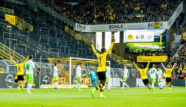 El Borussia Dortmund goleó cómodamente al Wolfsburgo, al que ganó por 3-0. BorussiaDortmund