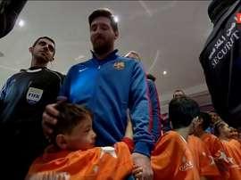 Murtaza et Leo Messi avant le coup d'envoi du match amical contre Al Ahli. ESPN