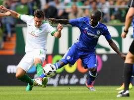 Kanté pelea por un balón con Junuzović en el Chelsea-Werder jugado en tierras alemanas. ChelseaFC