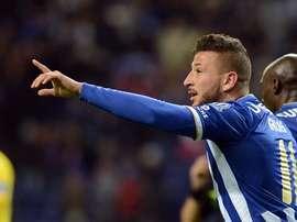Nabil Ghilas gesticula durante un partido con el Oporto.