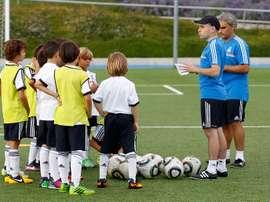 Nacho Ferrer, entrenador del Benjamín A del Real Madrid, en un entrenamiento con sus jugadores. RealMadrid