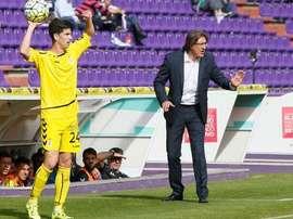 Nacho López se dispone a sacar de banda en el Nuevo Zorrilla, junto a su entrenador, Sergio Egea. Twitter