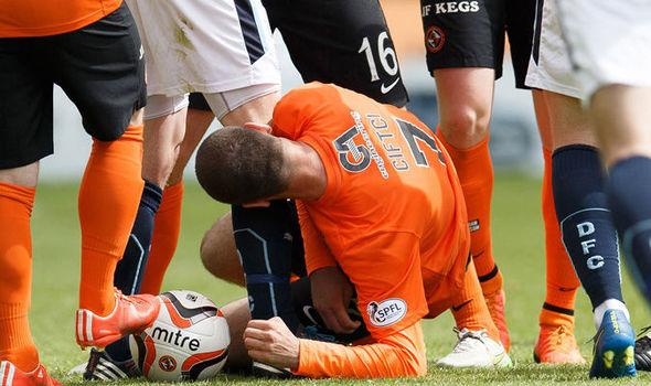 Nadir Çiftçi muerde a un rival en un derbi entre el Dundee United y el Dundee.