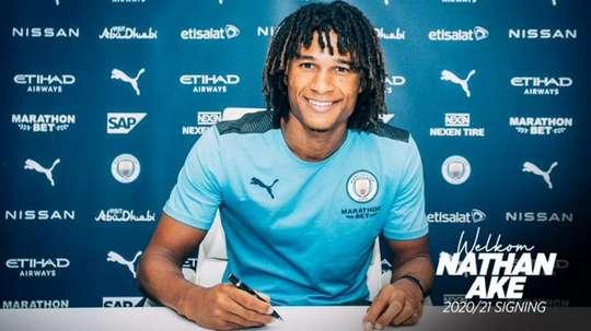 Nathan Aké signe à Manchester City. ManCity