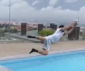 Neto se joga na piscina após demonstrar controle de bola com os pés. Captura/FCBarcelona