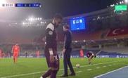 Neymar went off injured in Turkey. Screenshot/MovistarLigadeCampeones