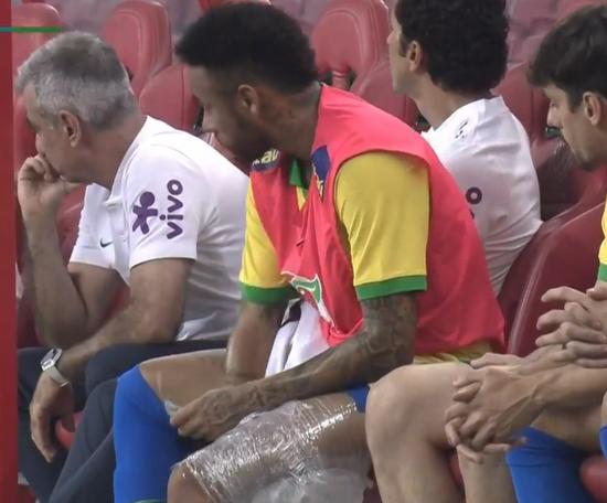 Neymar é substituído contra a Nigéria com 11 minutos de jogo. Captura/Sportv