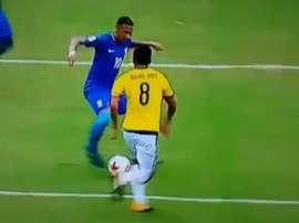 Neymar le tiró un gran caño a Aguilar en el Colombia-Brasil. Twitter
