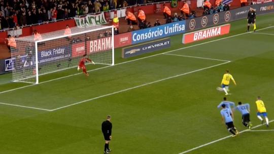 Neymar scores a penalty for Brazil against Uruguay. Captura/beINSports