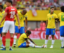Neymar rodó por el suelo varias veces. AFP