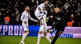 Cavani y Neymar escenificaron su buen rollo. Twitter/PSG_inside