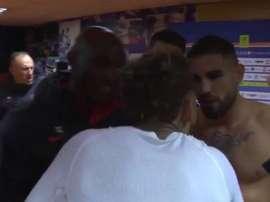 Neymar e Delort discutem após a partida.  Captura/Canal+
