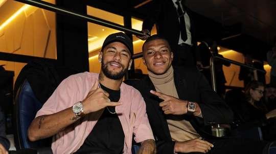 Neymar e Mbappé vibraram juntos com a goleada. Twitter/KMbappe