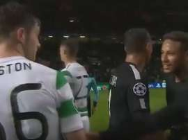 Ralston and Neymar exchange words after the match. Captura