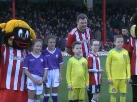 No, no es su padre, es sólo un aficionado al fútbol con unos amigos crueles. Twitter/BrentfordFC