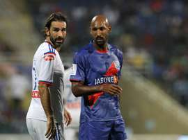 Nicolas Anelka, del Mumbai City, y Robert irès, del Goa, en un partido de Superliga India. Indiansuperleague