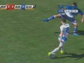 Nicolás Yaqué, jugador del Almagro, en una espectacular jugada. Twitter.