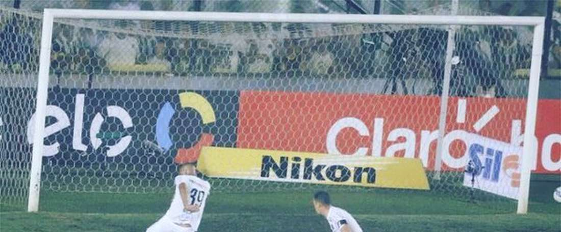 Nilson (Santos), en el momento del fallo a puerta vacía. Twitter.
