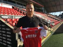 Nilsson posa con la camiseta de su nuevo equipo, el Fleetwood Town. Twitter