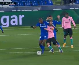 Nyom's elbow in Messi's face went unpunished. Screenshot/MovistarLaLiga