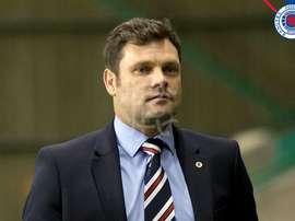 O técnico de 43 anos vai ficar mesmo no cargo de treinador do Rangers FC. Twitter/RangersFC