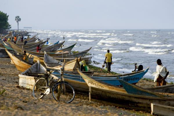 Ocho muertos en el naufragio de un barco con futbolistas e hinchas en Uganda. EFE
