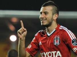 Oguzhan Ozyakup, jugador turco que defiende los colores del Besiktas. Twitter