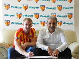 El zaguero ya luce la elástica del conjunto turco. Kayserispor