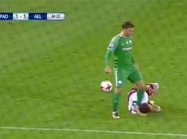 Altman reclamó al árbitro después de recibir una roja por patear a un rival. Youtube