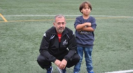 Osama posa junto a su hijo en el terreno de juego. Twitter