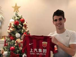 Oscar pose avec le maillot du Shanghai SIPG. ESPN