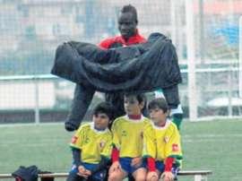 Oumar Sidibe, arropando a sus benjamines. Twitter/OumarSidibe