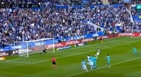 El árbitro 'cazó' el agarrón de Busquets y Oyarzabal puso el 1-0. Captura/Movistar