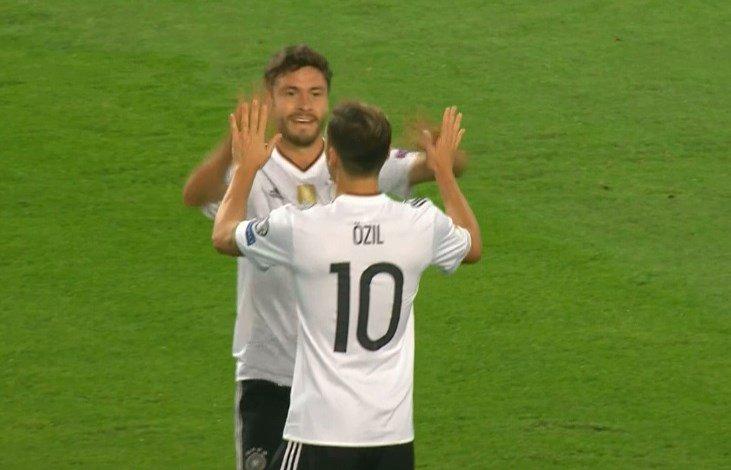 Özil hizo el primer tanto del partido. Twitter
