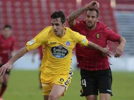 Pablo Caballero (i) pelea un balón con su compatriota Lucas Aveldaño, en el Mallorca-Lugo. Twitter