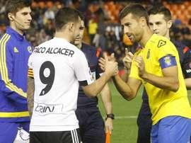 Paco Alcácer y David García, capitanes de Valencia y Las Palmas, se saludan antes del inicio del partido. Twitter