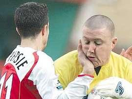 Paddy Kenny choca con Robin Van Persie en 2005. AFP