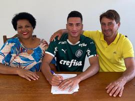 Palmeiras renovou até 2025 com zagueiro campeão mundial na base. Divulgação/S.E.Palmeiras
