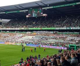 Un mar de pancartas llenó la grada. Twitter/ChristophBaehr