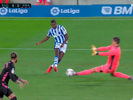 Courtois defendeu chute de Isak, que estava na cara do gol. Captura/MovistarLaLiga