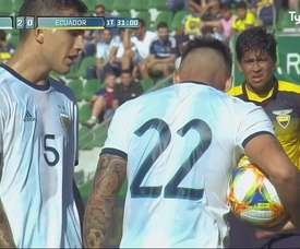 Paredes and Lautaro argued who should take the penalty. Captura/TyCSports