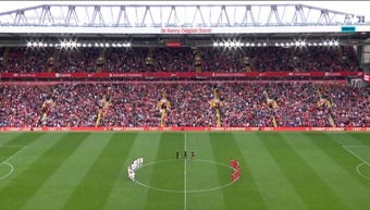 Anfield dedicó a Michael Robinson una eterna ovación. Captura/Vamos