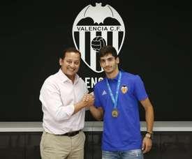 El Valencia ha renovado al joven centrocampista 'Pascu'. ValenciaCF/Twitter