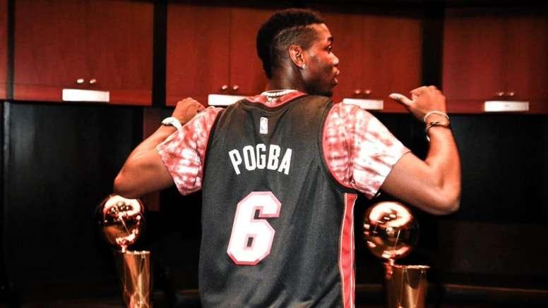 Pogba curte a folga com muito basquete. Twitter/MiamiHEAT