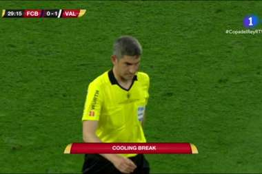 The referee authorised a drinks break after conversations with the two teams. Captura/RTVE