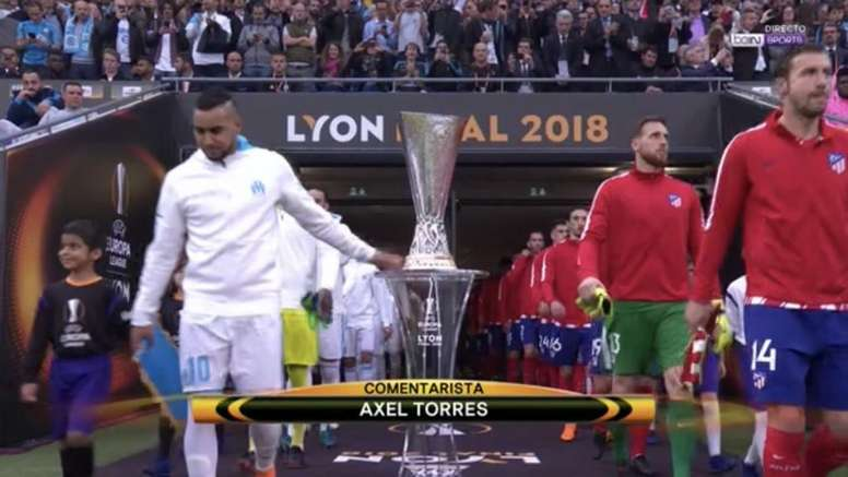 Payet touched the trophy as he took to the field. Screenshot/beINSports