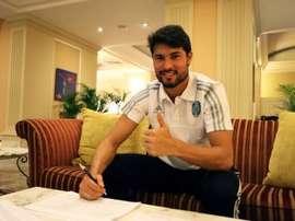 Pedro Ken, firmando su contrato con el Terek Grozny. Twitter