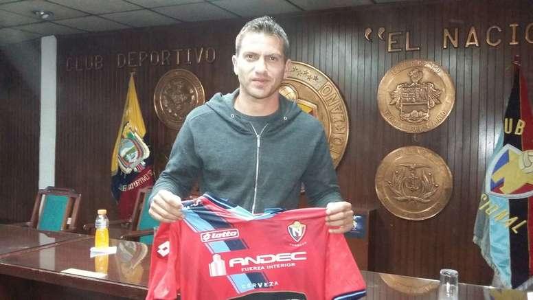 Pedro Larrea, posando con la camiseta del Nacional. Twitter